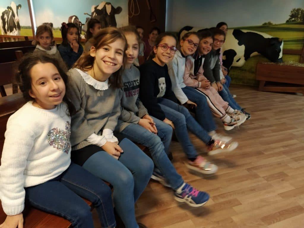 Las alumnas de 3º de Primaria visitan la Fábrica de Danone