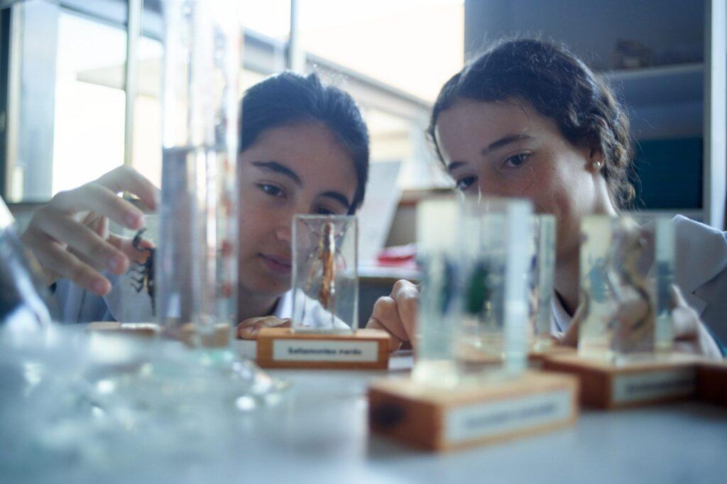 Alumnas en el Laboratorio del Colegio Orvalle