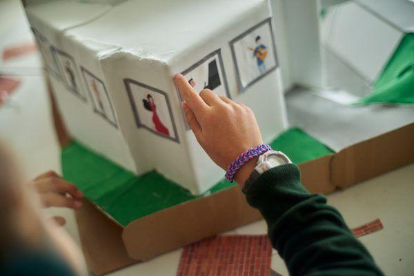Alumna señala un libro en el Colegio Orvalle