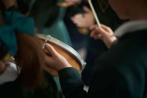 Tocando el tambor en el Colegio Orvalle