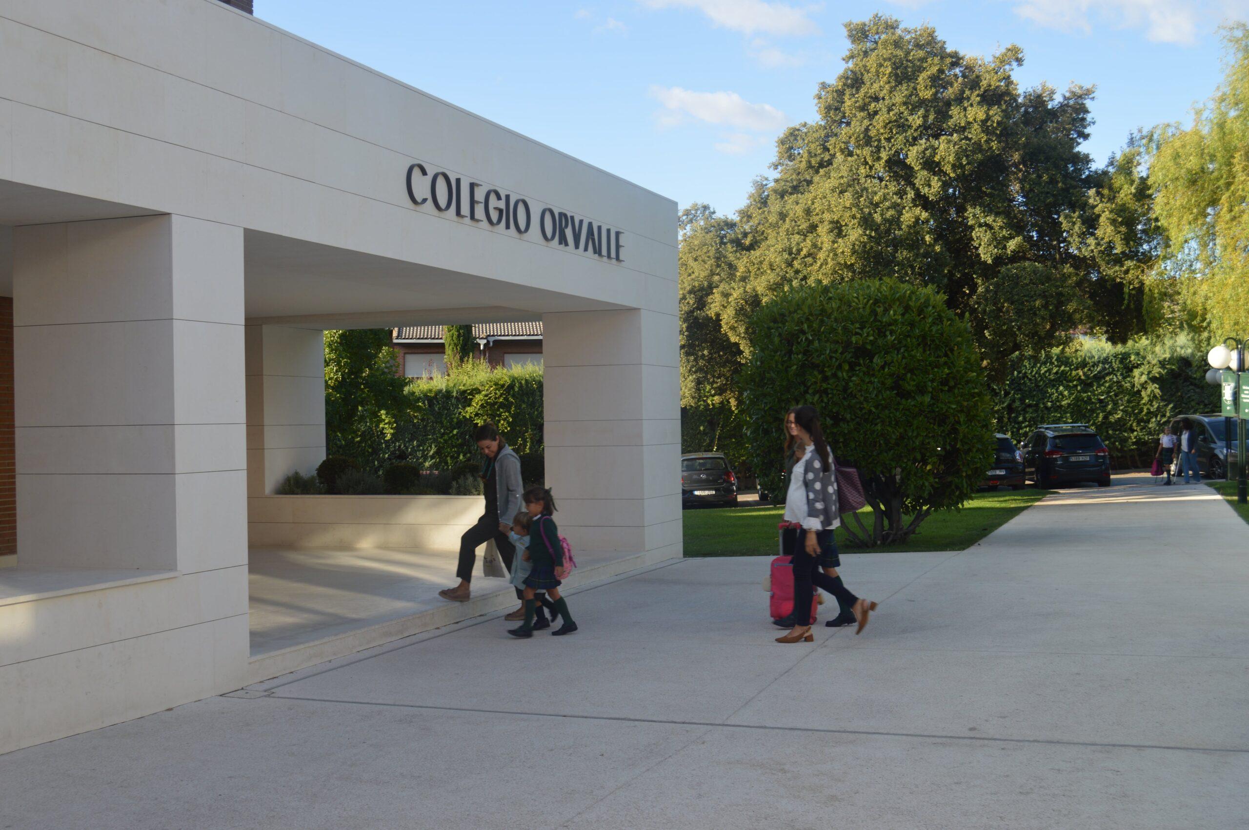 Varias familias entrando al Colegio Orvalle