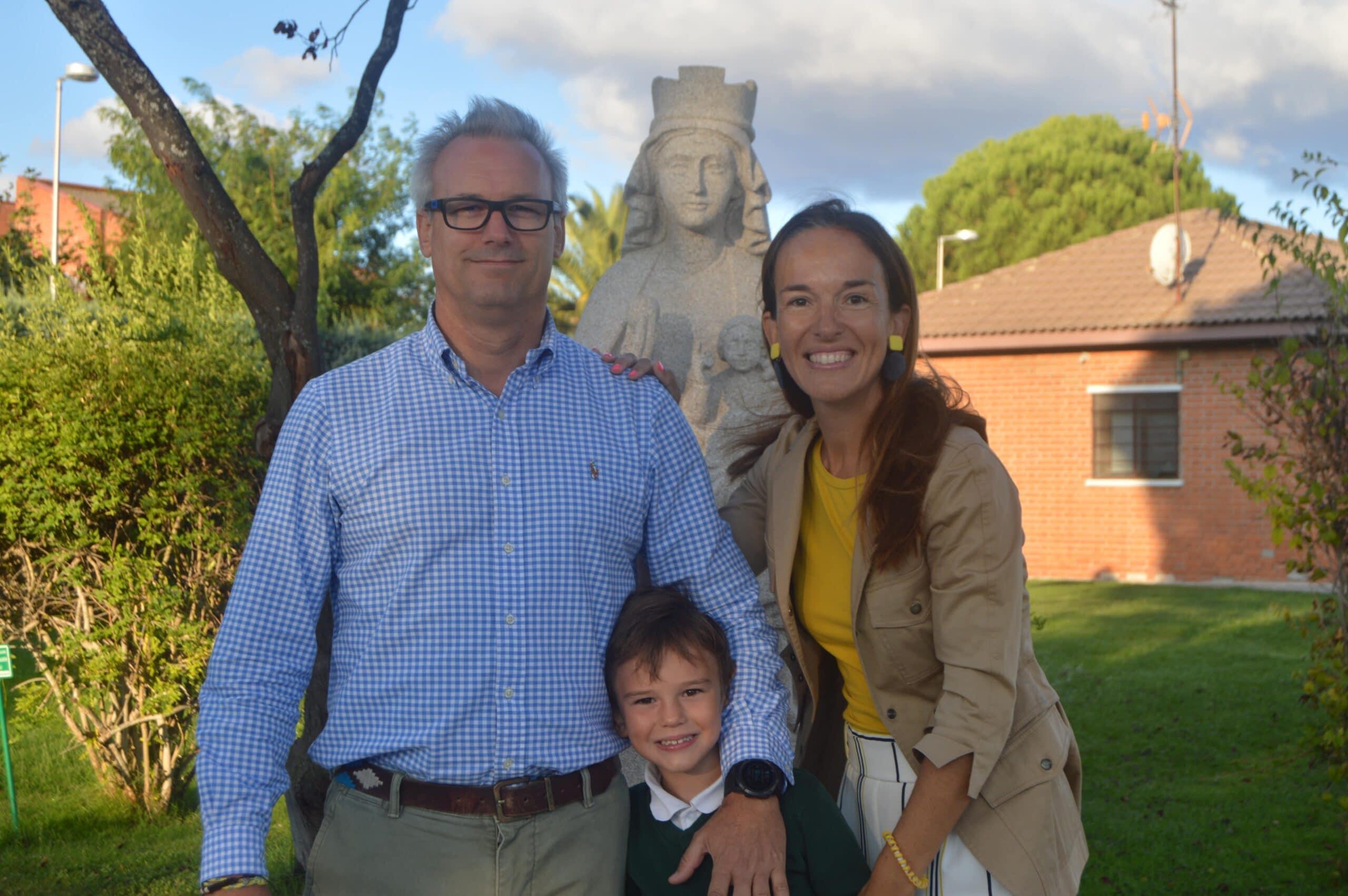 Familia junto a la Virgen de Orvalle